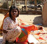 jeune fille indienne au travail à Kéru Rajasthan Inde